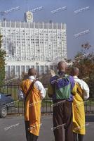 Утро 4 октября 1993. Буддийские монахи молятся о прекращении противостояния и кровопролития возле Белого дома.
