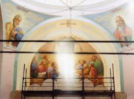 """Сияние образа Иисуса Христа в алтарной росписи """"Тайная Вечеря""""."""