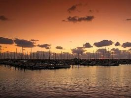 Сгущается вечер и яхты уснули, закатные краски окутали их... (Ашкелон)