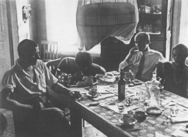 Владимир Маяковский в кругу друзей, 1927 год