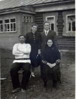 С родителями у родного дома