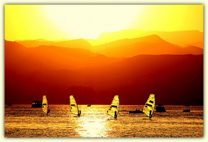 Яхты в море на закате дня (сюрреалистическая картина)