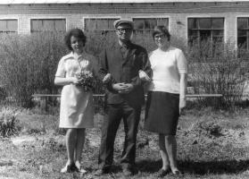 У здания Сеготской школы. 1978 г.