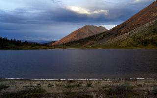Озеро под красной горой
