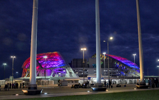 Подсветка крыши одного из олимпийских объектов в Сочи.