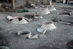 Как называются эти кувшины,и как называется подвал,в котором они обычно закопаны?