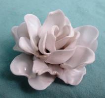 Делаем красивую розу из пластиковых ложек. Мастер класс.