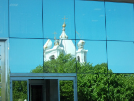 Какое здание отражают кривые зеркала?