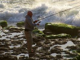 Там, где шумел прибой, И волны бились в такт, Стоял, не страшась ничего, На мокрых камнях рыбак...