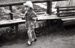 Моя 3-х летняя труженица дочка Анюта. Июнь 1980.
