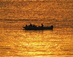Рыбаки в расплавленном золоте моря