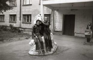 У семейного общежития. 1983 год.