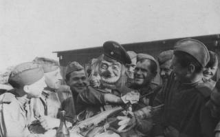 Советские бойцы на привале у самодельного чучела Гитлера.