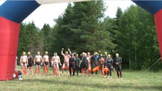 Участники заплыва через Волгу