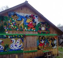 Новое украшение сарайной стены. Надя Шишкина (Сизова) добавила настроения! 35-й квартал Пучежа с его хоз.бытовыми строениями.