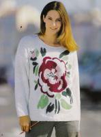 Белый пуловер с розой.