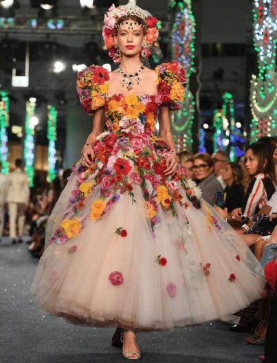 400b01e3b4d7 Dolce   Gabbana весна-лето 2019 - потрясающе красивые и женственные  вечерние платья и костюмы ...