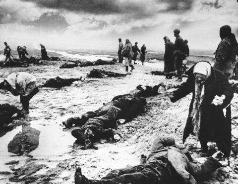 1. Подвиг Рагзино и его жителей. Фашисты детей добивали кольями. 2. Кровавые зверства фашистских мерзавцев