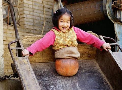 Баскетбольный мяч заменил девочке ноги, а упорство и плавание помогли добиться успеха