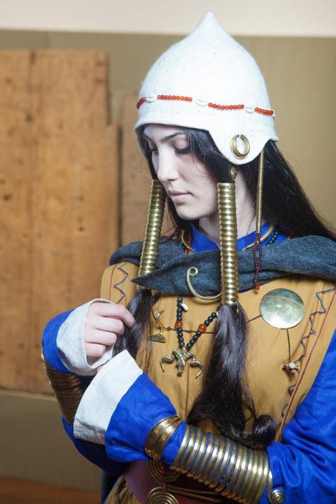 Реконструкция одежды и украшений женщины кобанской культуры и скифской женщины.