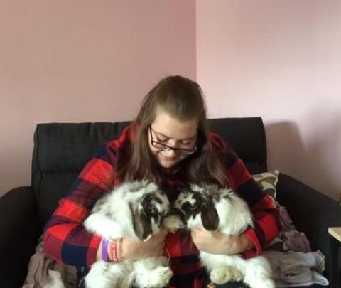 Забота о кроликах помогла ей излечить паралич рук