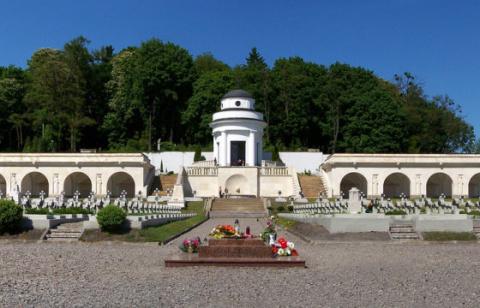 Польша включила львовский Мемориал орлят в свой паспорт — Киев обиделся