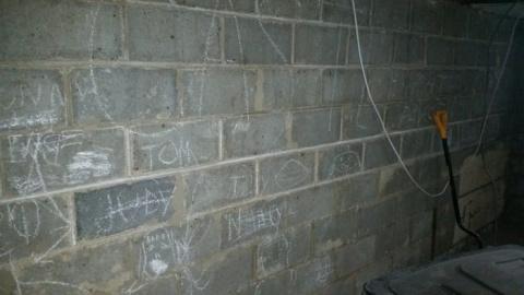 Парень снес старую стену, во…