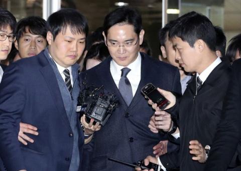 Глава Samsung арестован по д…