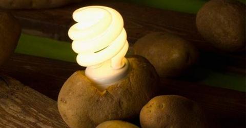 Подключите настольную лампу …