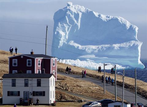 Огромный айсберг в Канаде привлек множество туристов
