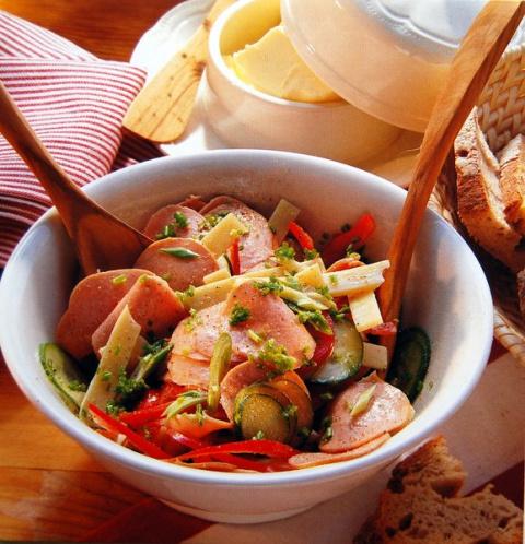 Швейцарский салат из колбас.
