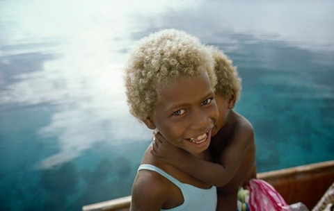 Темная кожа и светлые волосы…