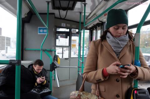 Парень в трамвае решил воспользоваться Гуглом
