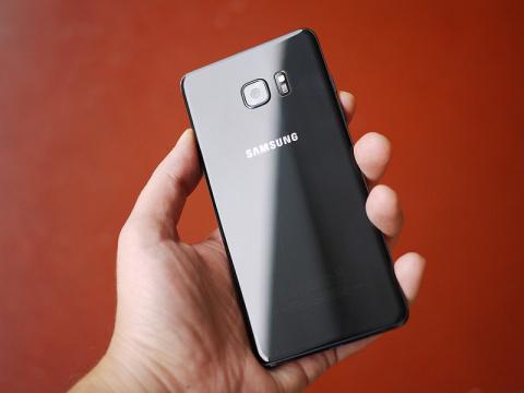 """Samsung """"убьет"""" взрывоопасны…"""