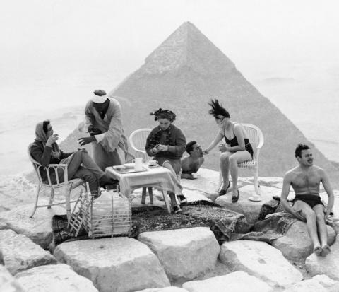 Пикник на пирамидах: туристы…