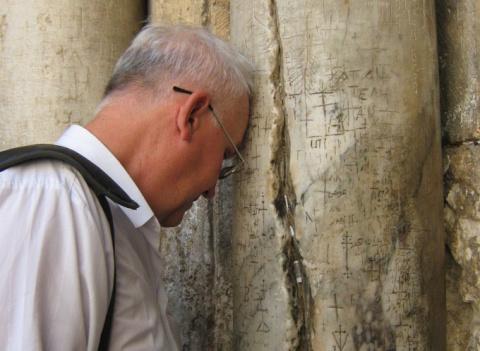 Игорь Непогодов у колонны храма Воскресения Христова в Иерусалиме