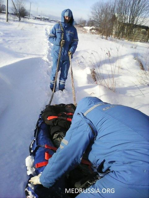 Республика Коми: медики «скорой» тянут пациента по снегу на своих плечах