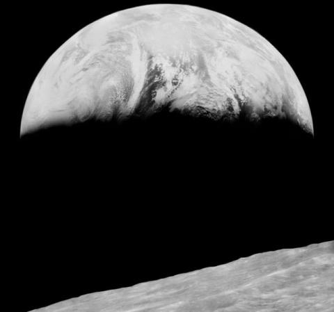 Первая фотография Земли с лу…
