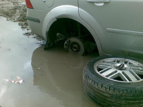 Орловец попытался взыскать компенсацию за разбитую на выбоине машину. Теперь он сам должен