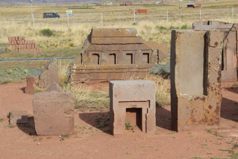 Кто создал каменные блоки Пума Пунку в Боливии?