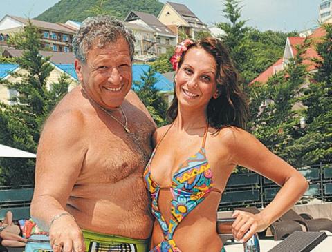 Полуголая экс-супруга Грачевского встала на колени, чтобы поцеловать красную дорожку