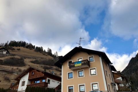 Зачем украинцы вывесили в Италии украинский флаг на балконе