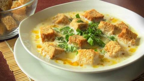 Суп из обжаренного фарша с грибами, тертого картофеля и плавленного сыра