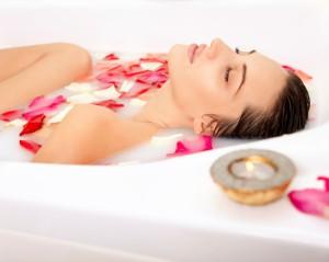 Ванна с молоком и розовыми лепестками для зрелой кожи