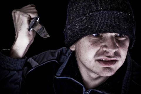 Мужчина вечером шел с работы и в темном переулке его зажали гопники с ножом. И вот, что он сделал