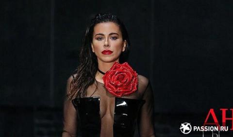 Лакированные сапоги, сексуальное платье и алая роза: Ани Лорак предстала в страстном образе