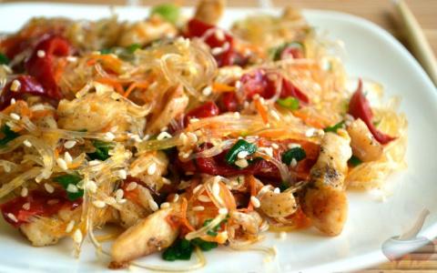 Фунчоза с курицей и овощами — любое блюдо моего сына!