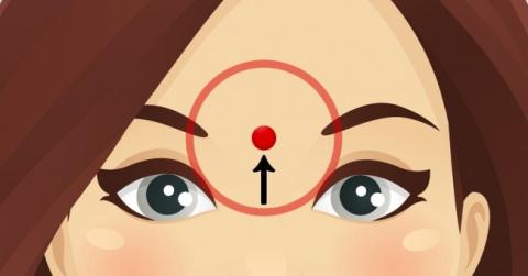 Снимаем нервное напряжение — помассируйте эту точку между бровями. Результат не заставит себя ждать