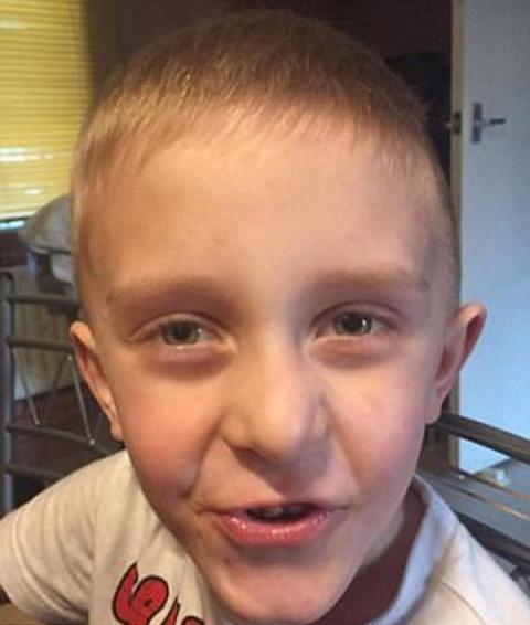 Этот 7-летний малыш смертельно болен. Он просит отца на ушко об исполнении последнего желания…