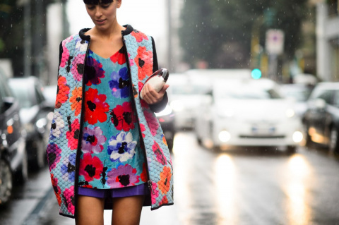 14 самых стильных образов с платьем в цветочек